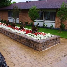 Planter Retaining Wall 17 | B. Rocke Landscaping | Winnipeg, Manitoba